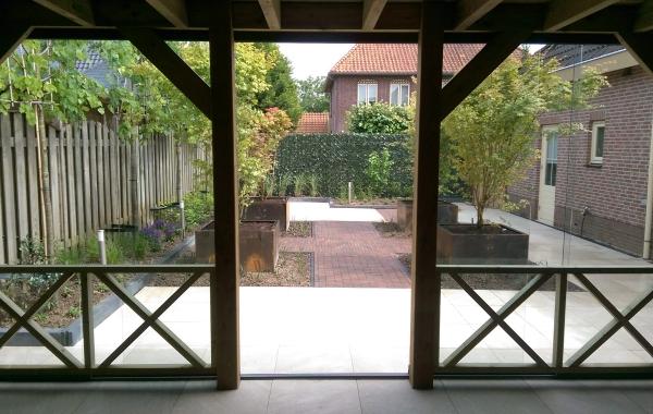 Kramer Houtbewerking binnenzijde overkapping met glazen schuifpui